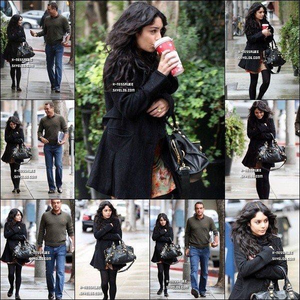 .  FLASHBACK 17 Decembre 2008 : . Vanessa dans les rues de LA avec son attaché de presse. J'aime trop sa tenue ! Par contre elle a l'air d'avoir froid. TOP ou FLOP ? .