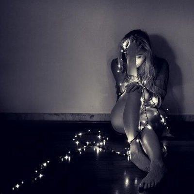 - Tu vois cette lumière papa ? Je t'en prie. Si tu la vois ne la suis pas. Même si elle est belle. Je t'en prie. Ne la suis pas. On a besoin de toi. (L)