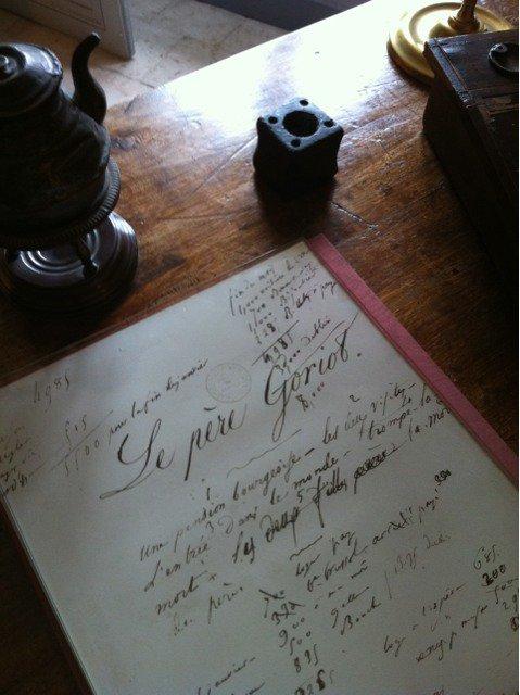 POUR EN FINIR AVEC HONORÉ- détail du bureau: page inaugurale du manuscrit du Père Goriot