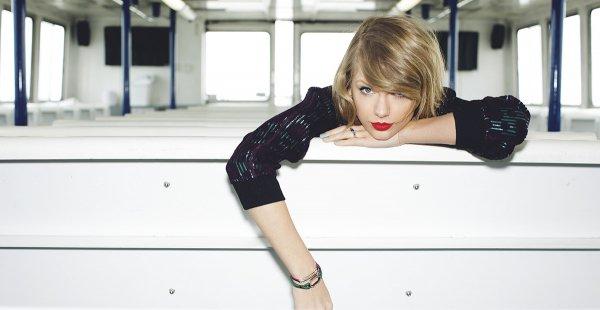 20/11/14 - Photoshoot . Candids . News . Twitter . Magazine . Soirée . Vidéo . Interview . Concert . Tumblr  . Taylor s'est baladée dans les rues de Los Angeles.