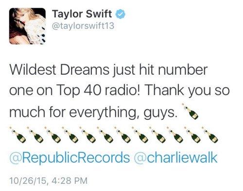 27/10/15 - Photoshoot . Candids . News . Twitter . Magazine . Soirée . Vidéo . Interview . Concert . Tumblr . Instagram . Taylor a posté une photo pour fêter les  1 an de l'album 1989.