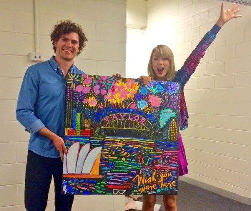 14/12/15 - Photoshoot . Candids . News . Twitter . Magazine . Soirée . Vidéo . Interview . Concert . Tumblr . Instagram . Taylor a posté une photo d'un de ses gateaux d'anniversaire sur Instagram ainsi qu'une nouvelle vidéo promotionnelle pour le 1989 World Tour LIVE.