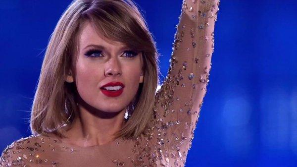 16/12/15 - Photoshoot . Candids . News . Twitter . Magazine . Soirée . Vidéo . Interview . Concert . Tumblr . Instagram . Taylor a posté une nouvelle vidéo promotionnelle pour le 1989 World Tour LIVE.