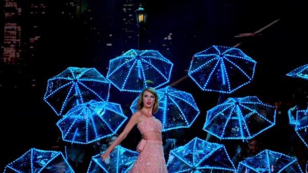 18/12/15 - Photoshoot . Candids . News . Twitter . Magazine . Soirée . Vidéo . Interview . Concert . Tumblr . Instagram . Taylor a posté une nouvelle vidéo promotionnelle pour le 1989 World Tour LIVE.