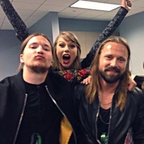 15/12/15 - Photoshoot . Candids . News . Twitter . Magazine . Soirée . Vidéo . Interview . Concert . Tumblr . Instagram . Taylor a posté une nouvelle vidéo promotionnelle pour le 1989 World Tour LIVE.