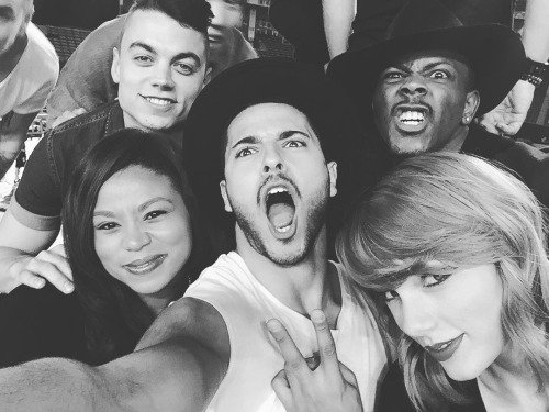 19/12/15 - Photoshoot . Candids . News . Twitter . Magazine . Soirée . Vidéo . Interview . Concert . Tumblr . Instagram . Taylor est allée chez une fan malade pour passer un moment avec elle.