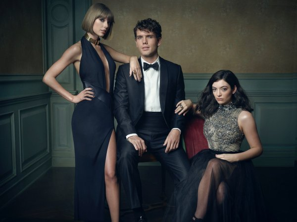 29/02/16 - Photoshoot . Candids . News . Twitter . Magazine . Soirée . Vidéo . Interview . Concert . Tumblr . Instagram . Taylor était présente à la soirée Vanity Fair Oscar Party à Los Angeles.