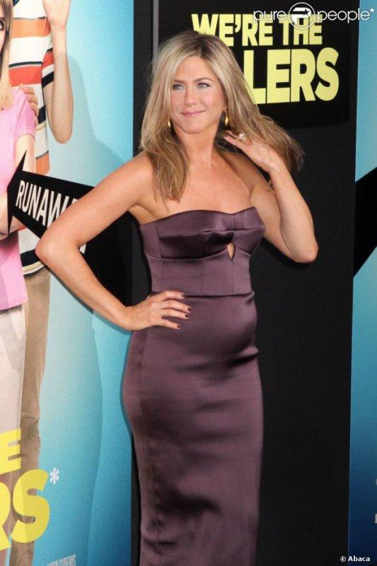 Jennifer Aniston : Satinée, amoureuse mais un petit ventre qui fait un gros buzz