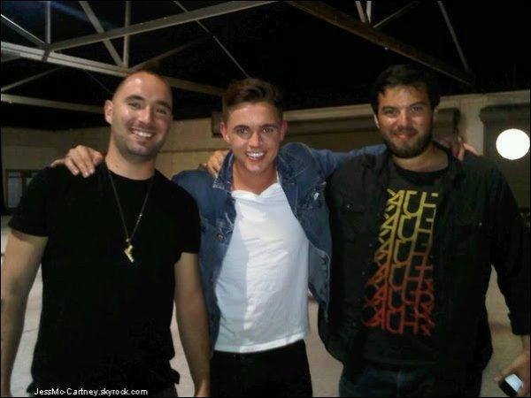 """.. Une photo est maintenant disponible de Jesse , le 23 Août ,  avec les photographes Smallz et Raskind sur le tournage de son nouveau clip """" Shake """" ou J. nous avait informer la date de sortie sur Twitter. .."""