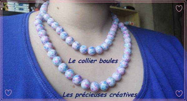 Le collier, le bracelet et les boucles d'oreilles boules