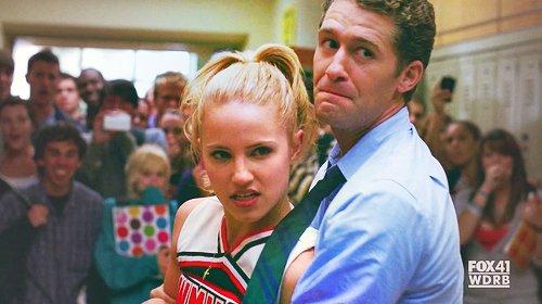 Episode trois Précédement dans Glee. Mr Schuester à laisser un délai de deux semaines pour l'écriture de la chanson de Rachel.  Santana, Mercedes, Sam, Kurt, Brittany &Puck, on dit à Rachel que Finn l'a trompé.