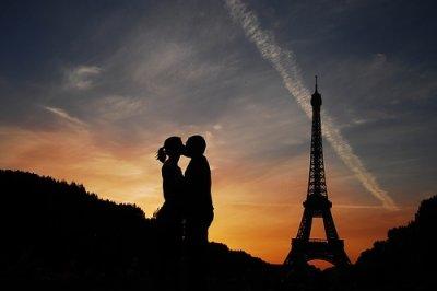 > Le monde est né de l'amour, il est soutenu par l'amour, il va vers l'amour et il entre dans l'amour.