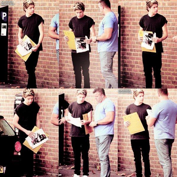 22/08/12. Niall devant un Studio d'enregistrement de Londres