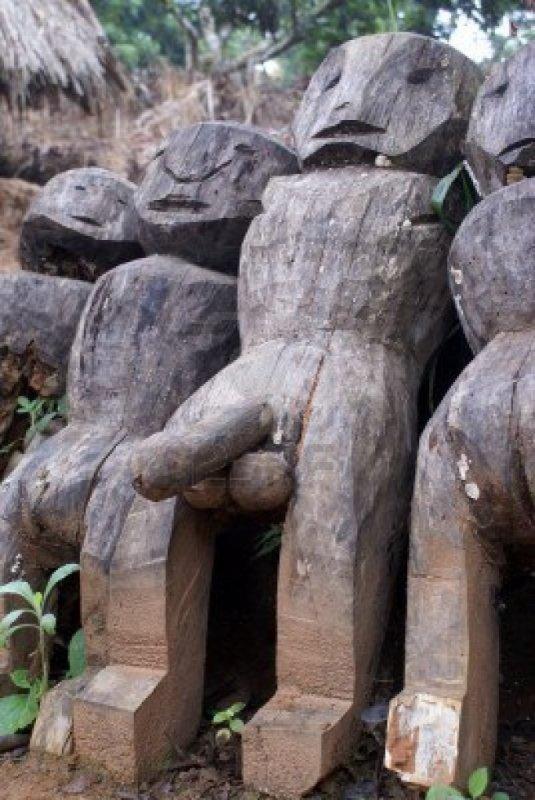 STATUES OFFERTE PAR UNE TRIBUE RECULEE DU DESERT COMPOSEES D ANCIENS BUCHERONS^^