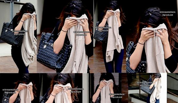 *30/01/14. Selena, toujours en se cachant, mais cette fois-ci ça peut se comprendre, car Miss Gomez sortait de chez son medecin à Tarzana en Californie, à Los Angeles. Top ou Flop ?