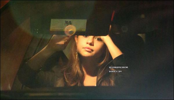 28/03/14. Selena s'anime tout en racontant une histoire à des amis, elle est allé dîner au Sunset Towers à Hollywood. Top ou Flop ?