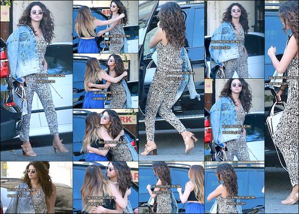 """06/04/14. Selena a passé 4 heure dans un salon de coiffure le """" Nine Zero One """". Sa tenue est superbe ! La coiffure avec les cheveux bouclés lui va à merveille. Je ne sais pas qui est la fille qu'elle salue, peut être une amie ? Top ou Flop ?"""