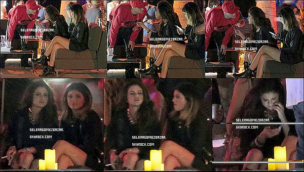 *11/04/14. Selena ainsi que Kendall & Kylie Jenner ont assisté au festival Coachella Valley Music 2014 en Californie. Il y a plusieurs scènes sur lesquelles les artistes font leur show. Le festival se déroule sur 3/4 jours. J'adore sa tenue, ça lui va super bien ! + Photo avec les filles Top ou Flop ?