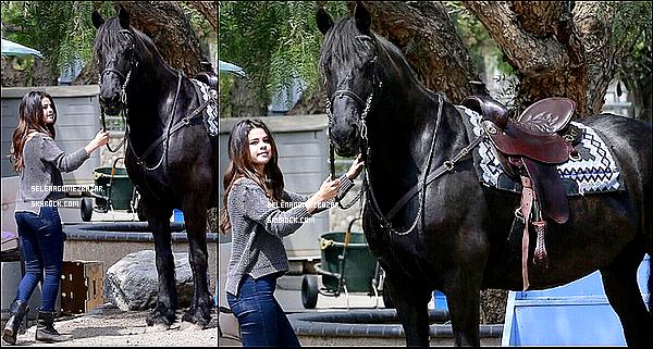 *18/04/14. Selena, au naturel, toujours aussi sublime était dans un centre d'équitation à Los Angeles. Elle a fait une petite balade en cheval, elle a vraiment l'air de s'amuser, tant mieux ! Côté tenue, moi j'aime beaucoup, c'est peut être simple, mais très joli. Top ou FLOP