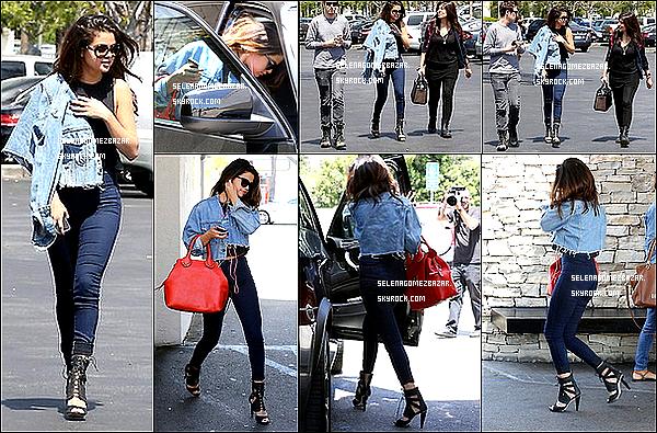 """*21/04/14. Selena à été vue quittant un Starbucks à Studio City. Plus tard elle a été aperçue sortant du restaurant """"Casa Vega """" à Los Angeles, en Californie. Toujours en Californie, elle a été vue quittant le café """" Marmalade """". Top ou Flop ?"""
