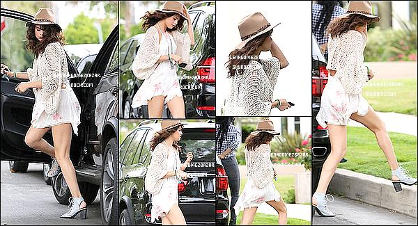 *25/04/14. Selena à été vue avec une amie s'arrêtant chez un dépanneur, en Californie. Plus tard, elle a été vue arrivant à un studio d'enregistrement, en Californie. Top ou Flop ?