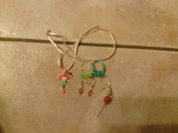 Lot Charlotte aux fraises(collier+boucles d'oreilles+ bagues+1 cadeau)