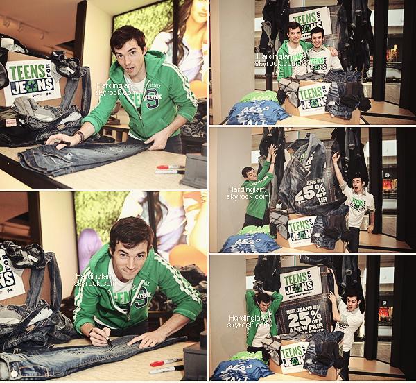 "Flash-Back 2012 : Ian accompagné de Brendan (Lucas in PLL) au ""Teens for Jeans""."