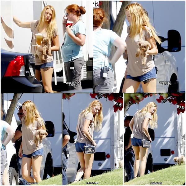 .  .  18/08/11 - Blake sur le tournage de Savages, en compagnie de son adorable Penny! .