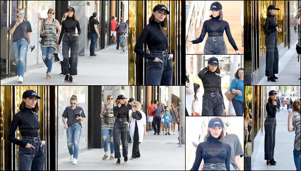 . 19/07/2017: Olivia Culpo  a été vue en pleine prise d'un nouveau photoshoot dans les rues de Los Angeles.  Nous retrouvons donc Olivia très professionnelle sur ce shoot mais également souriante. Sa tenue est spéciale mais lui va vraiment bien. C'est un top! .