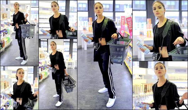 . 21/08/2017: Olivia Culpo  a été vue, décontractée, faisant ses courses dans un supermarché de New-York City.  La tenue d'Olivia était donc plutôt simple. Elle portait une tenue de sport. Je la trouve cependant très jolie. J'accorde donc un joli top pour cette sortie. .