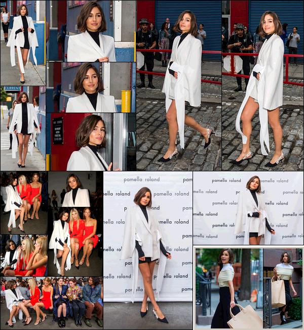 . 06/09/2017: Olivia Culpo  a été vue allant au show de Pamella Rolan à la Fashion Week de New-York City.  Un peu plus tôt dans la journée, Olivia a été vue dans les rues de New-York. Je suis super fan du manteau blanc d'Olivia! Sa robe à l'air splendide.  .