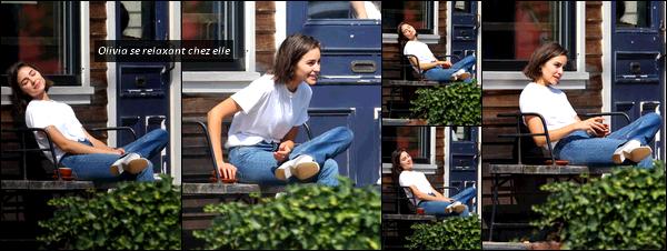 . 04/09/2017: Olivia Culpo  a été vue alors qu'elle rejoignait une amie pour dîner dans Boston (Massachusetts).   Plus tard dans la journée, Olivia a été vue, toute souriante, se relaxer et prendre le soleil dans sa maison à Rhode Island. Elle était vraiment rayonnante!  .