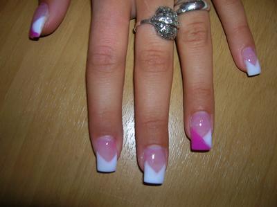 Pose en pointe + 2 ongles coupés rose et blanc en pointes.