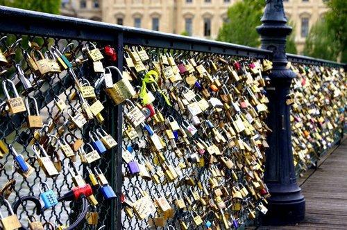 """""""Promets-moi. Non. Dans dix ans. Non. Sur un pont. J'ai faim. Arrête, promets-moi. Bon, d'accord. Sérieusement ! Non. T'es pas cap. Si. Pari sur nous. Oui. A Paris, dans dix ans. Pont des Arts. Tu m'attends."""""""