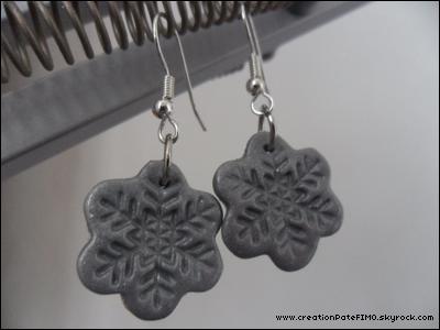 .~ Boucles d'oreilles Flocons gris - [ www.creationPateFIMO.skyrock.com ] .