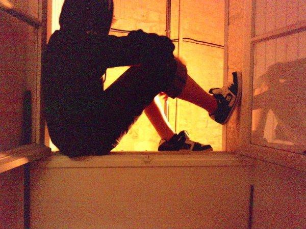 Assis sur le rebord de la fenêtre