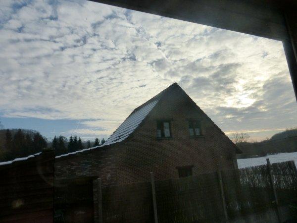 A la fenêtre de la chambre