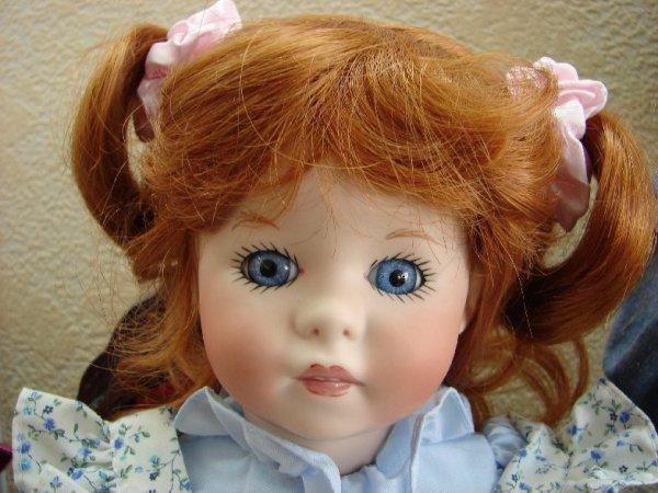 La poupée sur le lit