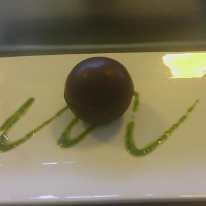 Sphère de chocolat mousse aux carambar