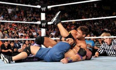 La Nexus a vaincu le Champion de la WWE Sheamus, John Cena, Edge, Chris Jericho et Randy Orton dans un 5-on-5 Tag Team Elimination Match  (900eme episodes)
