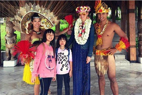 JOHNNY HALLYDAY EN VACANCES AVEC LAETICIA ET SES FILLES À TAHITI