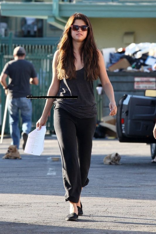 Look de selena sur le tournage de feed the dog .