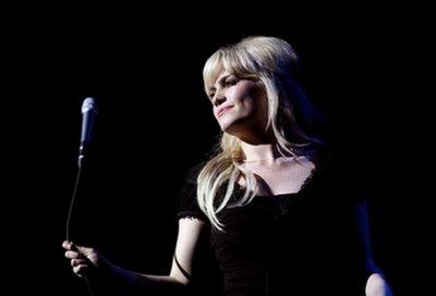 Duffy dans une petite robe noire sexy expose ses ravissants petits seins et  ilumine nos rêves !
