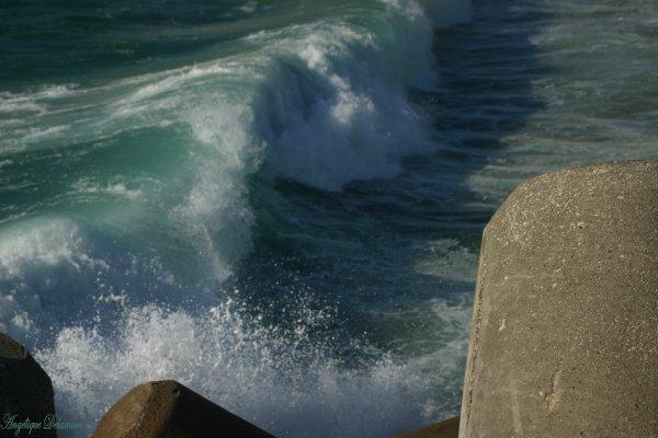 Les vagues déchirent mon coeur et l'emportent a des milliers de kilomètres de ce qui était autrefois , Toi et moi !