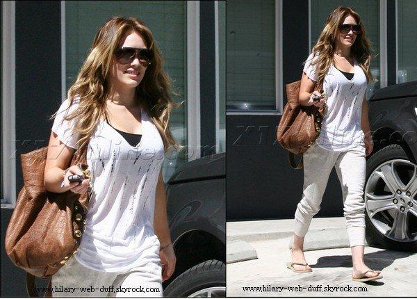 3/09/10 : Hilary Duff quittant son cours de Pilate  J'adore la tenue & elle est tout à fait Sublime, Sa fait bu bien de voir des stars Qui sourit au paparazzi ! J'adore cetet sortie Hilary est sublime !
