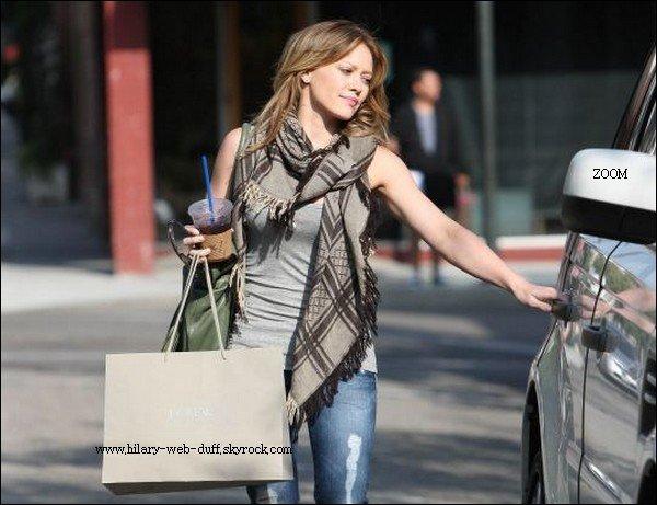 10/09/10: Shopping à Pasadena avec haily Hilary faisait des courses avec sa s½ur Haily hier à Pasaden.