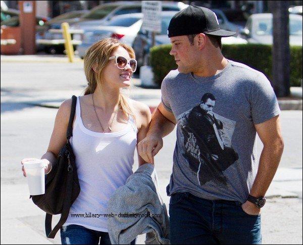 11/09/10: Hilary avec Mike à Toluca Lake Hilary se promener dans les rue de Toluca Lake en compagnie de Mike. Hilary est vraiment sublime ! Je suis Love de sa tenue est ses lunettes ! BCG journée de bienfaisance à New York ici.