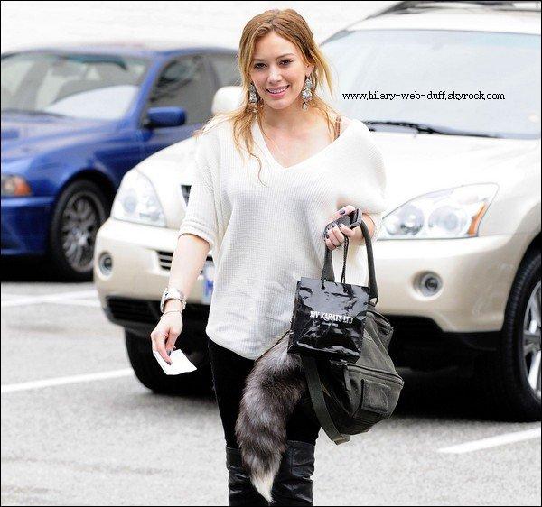 """Retour à l'accueil sur la côte ouest pour le moment, Hilary Duff profité d'une journée du shopping à Beverly Hills, CA, le mardi (Septembre 21). Le """"Lizzie McGuire"""" actrice était tout à fait de bonne humeur comme elle sourit pour les paparazzi en parcourant les sélections de bijoux à carats XIV. Ayant récemment séjourné à New York pour BCBG Charity Day, Miss Duff sera bientôt voyager à travers le circuit de la LNH aux côtés mari Mike Comrie. Ayant signé un contrat avec les Penguins de Pittsburgh au début du mois, Comrie et son équipe le coup d'envoi de la saison 2010-2011 en seulement deux semaines le 7 Octobre contre les Flyers de Philadelphie. News de Nicole Richie ici ! Nouvelle Version :D"""