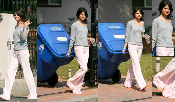. 11/07/08 - Selena Gomez a été aperçue sortant les poubelles devant chez elle, vêtue d'un simple pyjama gris-rose. .