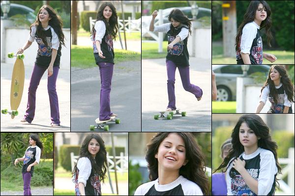 . 16/07/08 - Selena Gomez était en train de faire du skateboard dans les rues mais en étant pieds nus. Top/Flop ?.